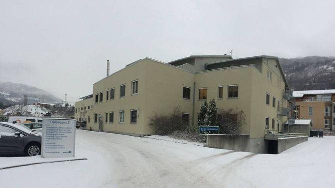 TRIST HISTORIE: Sogn barnevern held til i andreetasje på helsehuset i Sogndal. Sidan skipinga i 2008 og fram til i fjor var tenesta prega av så alvorlege konfliktar at det tidvis gjekk ut over helsa til dei tilsette.
