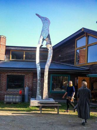 HØGREIST: Skulpturen, som har tittelen Symbiose, er laga av kunstnar Geir Hjetland frå Høyanger.