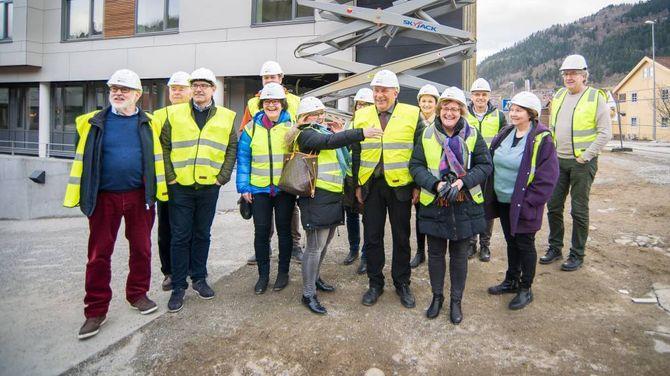 OMVISNING: Formannskapet i Sogndal fekk omvisning på det nye helse- og omsorgssenteret.