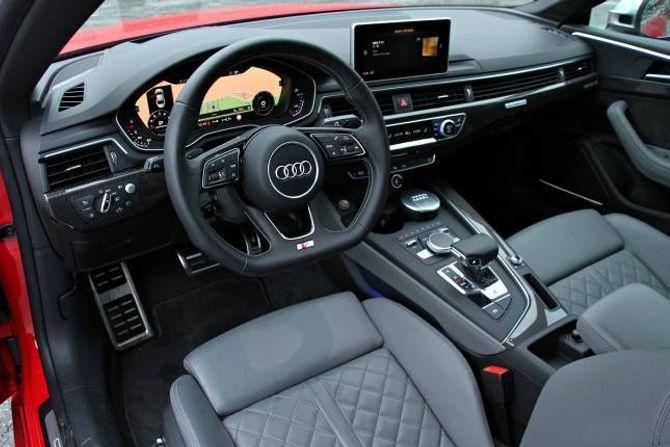 STROKE: Det nye interiøret til Audi fungerer utmerkt og ser veldig bra ut. Det digitale dashbordet er eit nødvendig ekstrautstyr til 6600 kroner.