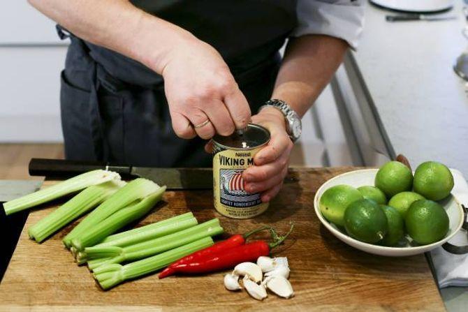 """SYRLIG OG FRISKT: Lime, stangselleri, chili, hvitløk og melk skal """"koke"""" fisken."""