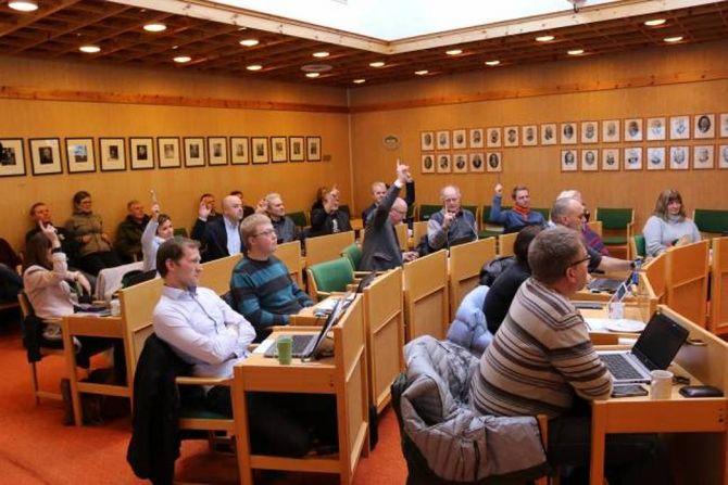 VEDTEKEN: Kommunestyret i Lærdal vedtok førre veke reguleringsplanen for Håbakken II; her stemmer politikarane om kor vidt fabrikkpiper kan byggjast uavgrensa høgt eller ikkje. Arkiv