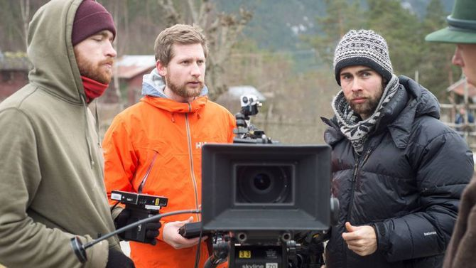 FOLKSAMT: Å lage spelefilm er ikkje noko einmannsprosjekt. Regissør Ola Moen har med seg mange medstudenter frå høgskulen han går på.