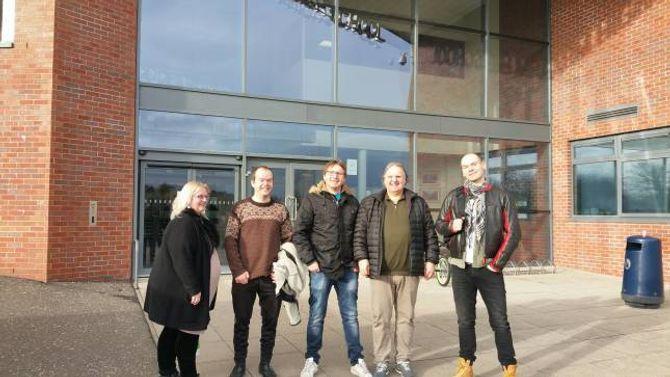 PÅ SKULEBESØK: Kvintetten utanfor Woodfarm High School i Glasgow. Privat foto