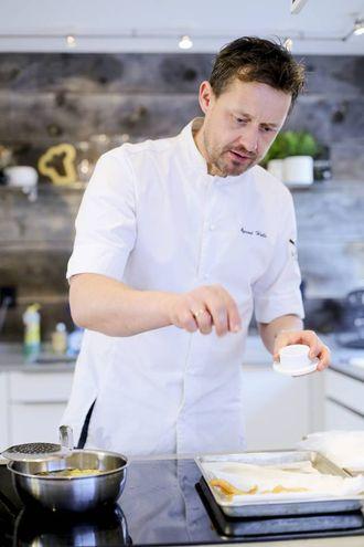 Øyvind Hjelle er kjent frå TV og fleire bokutgjevingar. Han har vore kokk i 25 år ved nokre av Oslos fremste restaurantar. No arbeider han med utvikling for norske matleverandørar og er fast matskribent for NTB.