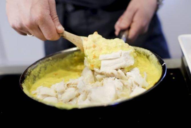 BLAND: Kokt torsk skal blandast i sausen.