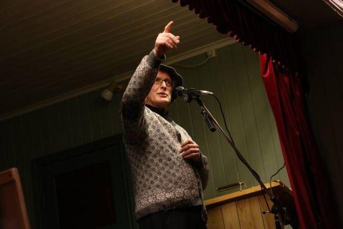 MOT STRAUMEN: Også Jens Brekke hadde innslag under kulturkvelden i Seimsdalen, mellom anna la han ikkje skjul på at han har sans for kjerringa mot straumen.