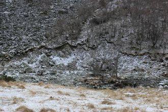 STORE SÅR: Fleire stader i Tynjadalen har Kuvelda grave ut massar frå terrenget på si ville ferd under storflaumen.