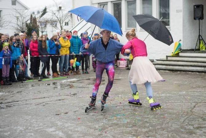 VINNARPAR:Ole Gunder SkiakerogMargit Sandem Fjellengen frå Lurkarlaget stakk av med sigeren i skiballetten under opningsshowet.