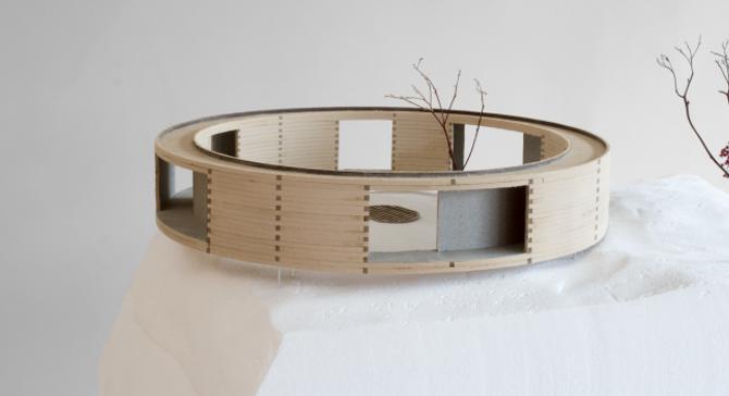 LAFTA: Modell av faseden med laft og lafteknutar.