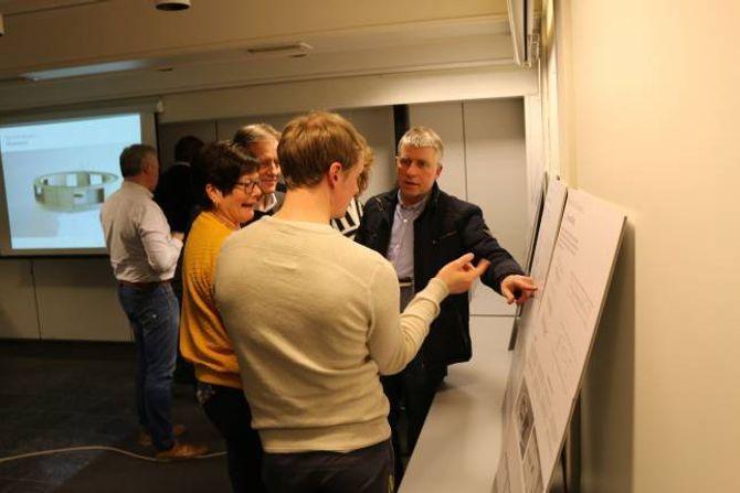 ENGASJERTE: Dei frammøtte under miniseminaret i regi av Årdal Utvikling diskuterte dei framlagde planane engasjert i etterkant.