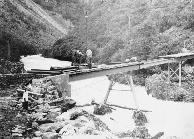 FOR FARLEG: I 1977 vart kong Olav invitert til opninga, men takka nei fordi det var for stor risiko å frakte han på hest og kjerre på vegen. Her frå bygginga av Hellerlibrui. Foto lånt av Sogelaget.