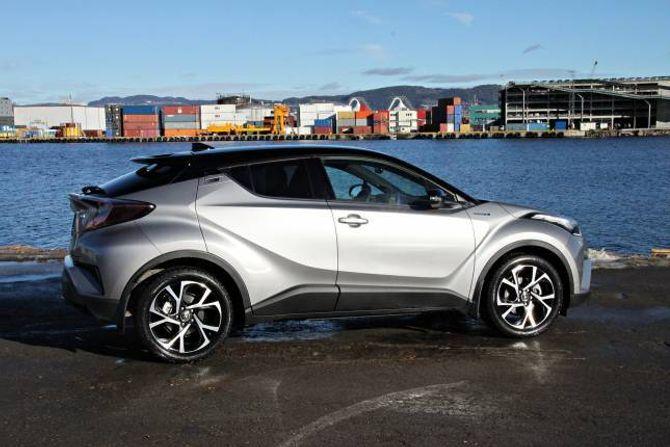SALBAR: Toyota reknar med å selja vel 2500 C-HR hybrid i år, og knapt 500 med firehjulstrekk.