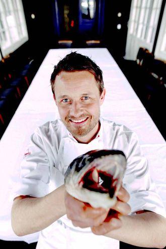 KOKKEN Øyvind Hjelle er kjent frå TV og har gitt ut fleire bøker. Han har vore kokk i 25 år ved nokon av dei fremste restaurantane i hovudstaden. av Oslos fremste restauranter.