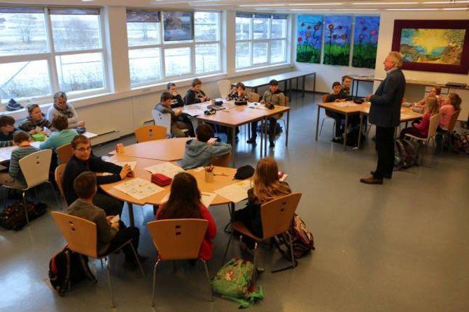 FØRST UT: Alle ordførarane i Sogn skal køyra opplegget i regi av Ungt Entreprenørskap på skulane utover våren. Elevar frå Ljøsne og Borgund i Lærdal var først ute.