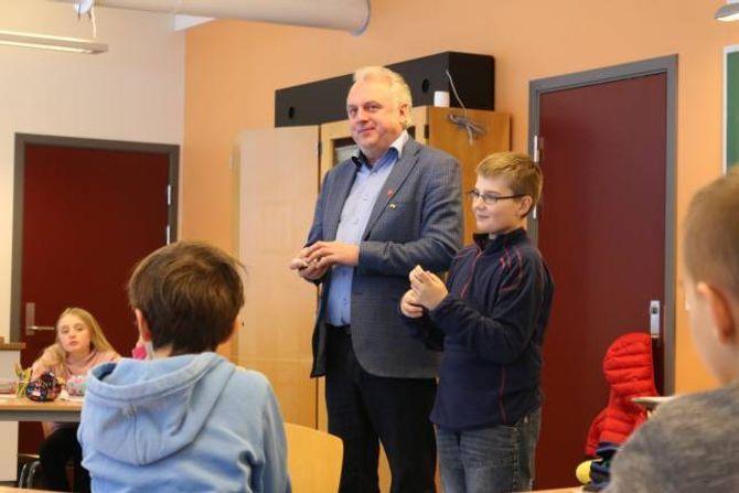 RÅDMANN: Karstein Molde Påske fekk vera rådmann for ein dag og vurderte saman med dei andre elevane kva skattepengane burde brukast til.