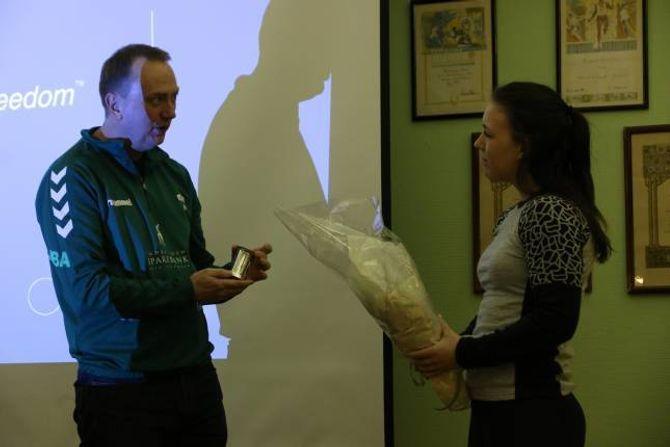 PRIS: Sofie Moen vart tildelt bragdestaup for innsatsen ho legg ned kvar dag for turngruppa og for jobben ho gjorde med turnstemnet i 2016.