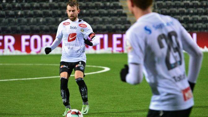RUTINERT KAPTEIN: Henrik Furebotn (31) viste at han har både motoren i gang og touchen i orden før seriestarten. Han var den einaste etablerte A-lagsspelaren og fekk kapteinsbindet i kveldens treningskamp.