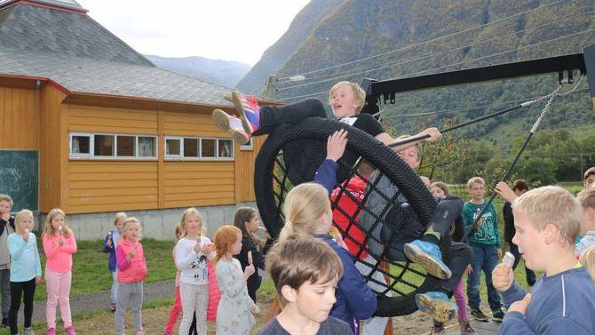 HEIT POTET: For ein liten månad sidan fekk elevane ved Ljøsne ny huske. No byrjar det å dra seg til i kampen mellom dei som vil leggja ned og halda på skulen. Arkiv