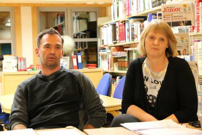 SPØRSMÅL: FAU ved mellom andre leiar Hans W. Tønjum og Bjørg Haugo hadde mange spørsmål til politikarane i møtet måndag kveld.