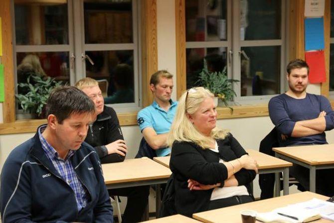 DELT: Representantane til Venstre er delte i saka, her leiar Olav Grøttebø og vara til kommunestyret, Astrid Trulssen. I bakgrunnen, f.v.: Viktor Yttri, Anders Voll Eltun og Aleksander Mo (Alle Sp).