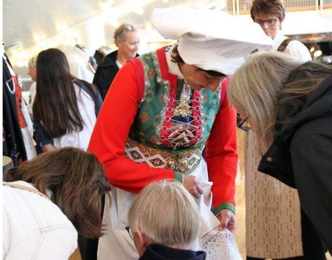STOR INTERESSE: Dagleg leiar Irene Tørhaug ved Norsk Flid Husfliden i Bergen meiner det er mykje større medvit om kor bunadane er laga. På bunadsmessa i Oslo i tidlegare i haust viste ho fram den rekonstruerte Fusabunaden.