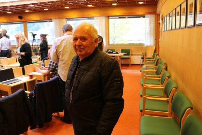 TRIST DAG: Jakob Vik har jobba ved Ljøsne skule i ein mannsalder. Saman med mange andre frammøtte såg han politikarane i Lærdal leggja ned skulen med minste moglege margin.