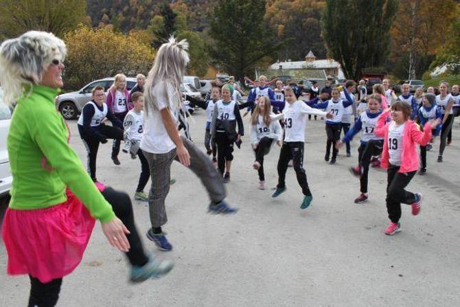 JOGGEDAG: Aurland barne og ungdomsskule arrangerte joggedag, der inntekta skulle gå til TV-aksjonen.