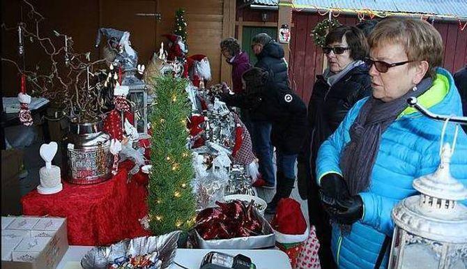 JULETING: Julegåver, juleting og julekaker står naturlegvis i fokus på ein julemarknad. Frå første utgåva av marknaden.