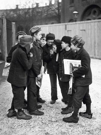 BARNEARBEID: Mange barn mellom 12 og 15 år hadde jobb i tobakksindustrien. Det var også vanleg at barn røykte. Her har avisgutar ei røykjepause i 1905.