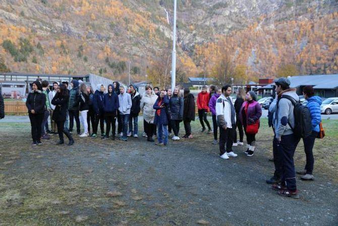 FRÅ SKULEN: 9.klasse ved Lærdalsøyri skule og flyktningar som har kome til Lærdal møtte opp på den opne dagen.