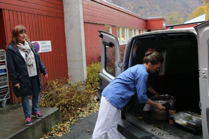 TIL SKULEN: Kjøkensjef Brita Einemo klargjer kjelen med havregraut for transport bort på skulen. Sissel Simonsen jobbar på Doktorheimen og er sjåfør.