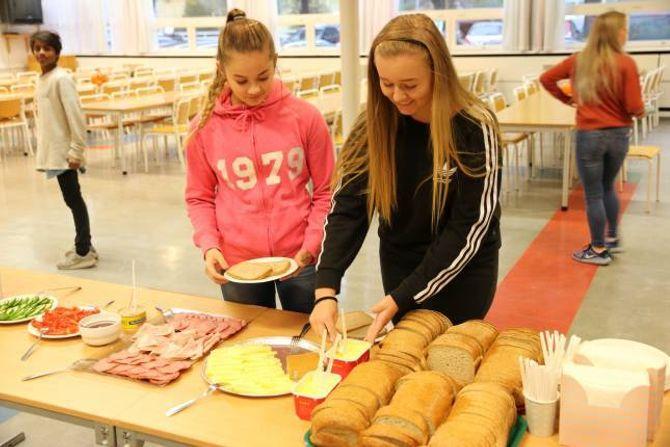 GODT TILBOD: Synne Øvregard (t.v) og Ronja Åsebø tykkjer initiativet frå FAU og Helselaget gir elevane eit godt tilbod med god mat. Eskil Holsæther i bakgrunnen var også kjapp med å forsyna seg av maten.