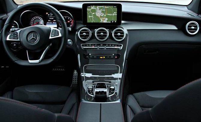 INNI: Bilen har AMG-interiør som standard, med raude saumar og sportssete.