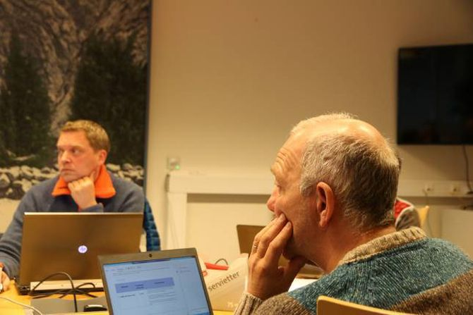 URO: Jan Steinar Hole, leiar i Fagforbundet lokalt (nærast) meinte diskusjonen rundt «outsourcing»av oppgåver vil skapa uro blant dei tilsette. Trond Øyen Einemo, Høgre (i bakgrunnen) meinte Hole sin kommentar om pensjonsordningar ikkje var nyansert.
