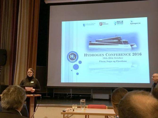 HYDROGENKONFERANSE: Elisabet Kjerstad Bøe talte mellom anna under Hydrogenkonferansen i Florø i førre veke. Her deltok representantar for hydrogensatsinga i Årdal.
