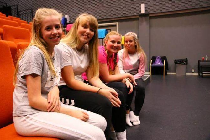 UNGE INSTRUKTØRAR: Desse jentene har ansvaret for å instruere ein heil flokk av unge dansarar. Frå venstre: Sofie Øren,Sofie Veum Forthun,Karoline Kvåle Låksrud og Thea Øren.