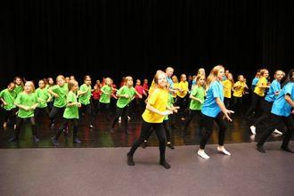 FARGERIKT: Heile scena er full av dansarar som gjer sine siste førebuingar til førestillinga i helga.