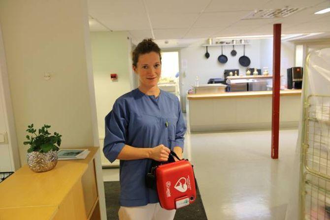 TRYGGLEIK: Kjøkensjef Brita Einemo ved Lærdal bu- og omsorgsheim med den nye hjartestartaren.