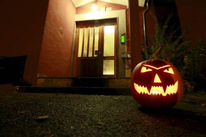 NY TRADISJON: For 16 år sidan var det få som feira Halloween i Noreg, men i dag er grasskarlykter å sjå utanfor mange dørar den 31. oktober.
