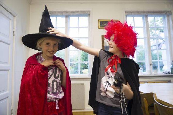 PRØV DENNE: Det er mykje å velja mellom når Tuva (t.v) og Johanna skal finna halloweenkostyme.