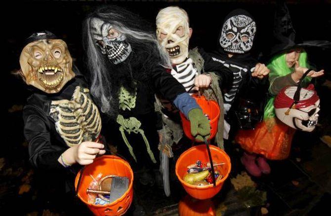 KNASK ELLER KNEP: Å kle seg ut i skumle kostyme er ein del av halloweenfeiringa, og kan minna om den gamle norske julebukktradisjonen.