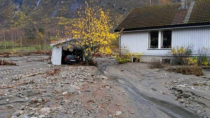FØREBYGGING: Samfunnsplanlegging på ein måte så ein unngår slike scener er målet med masteren i klimatilpassing ved Høgskulen i Sogn og Fjordane. Her frå Lærdal etter flaumen hausten 2014. Arkivfoto