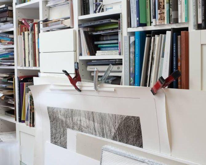 I atelieret sitt skriv Hauge ut mange av bileta sine sjølv.