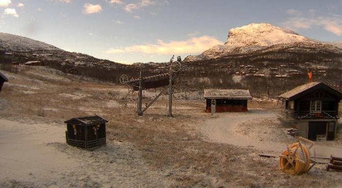 VENTAR PÅ SNØ: Slik ser det ut ved alpinanlegget på Tyin/Filefjell onsdag morgon. Mest truleg startar dei opp snøkanonene i kveld.