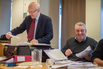 –FØLER SEG LURTE: Advokat Arne Gjeraker seier hytteeigarane i Hodlekve føler seg lurte. Til høgre Jan-Erik Jensen, ein av dei 29 han representerer i saka.