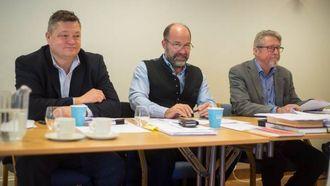 –URIMELEG: Even Hegbom (t.v) i Sognefjorden Utvikling meiner det er urimeleg dersom hytteeigarane skal sleppe unna utgifter til vedvelikehald. Til høgre advokatane Jan Ivar Brataas og Pål Heldal.