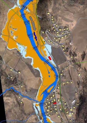 SKREMMANDE: NVE har laga nye flaumsonekart for Flåm, som illustrerer vasstanden ved ulike flaumscenario. Flåmselvi er markert i blått, den oransje fargen illustrerer ein 200-årsflaum, medan den lyseblå fargen viser utfallet når klimaendringane er tekne høgde for. Illustrasjon: NVE.
