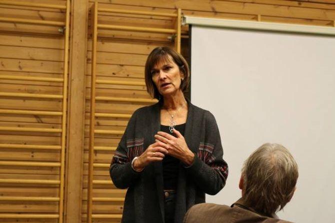 SVAR: Oppvekstsjef Torunn Litvedt prøvde å svara på spørsmåla foreldra kom med, men måtte ved ein del høve seia at momenta som kom opp måtte avklarast i det vidare arbeidet med krinsgrenser og skuleskyss.
