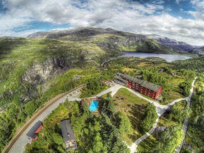 GRØN TILKOMST: Vatnahalsen hotell ligg kloss ved Flåmsbana. Einaste alternative tilkomst er med sykkel eller til fots.